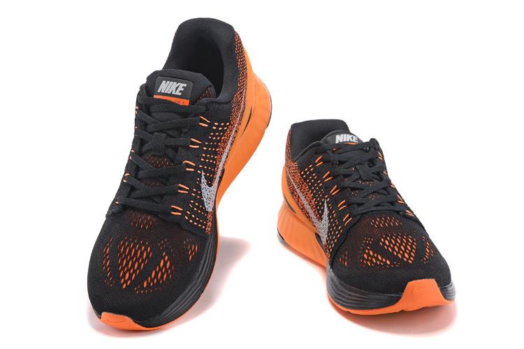 Ha már felsőrész  a súlycsökkentés jegyében – az egyébként hatalmas – Nike-pipákat  nem felvarrták a cipő oldalfalaira a73cf8105d